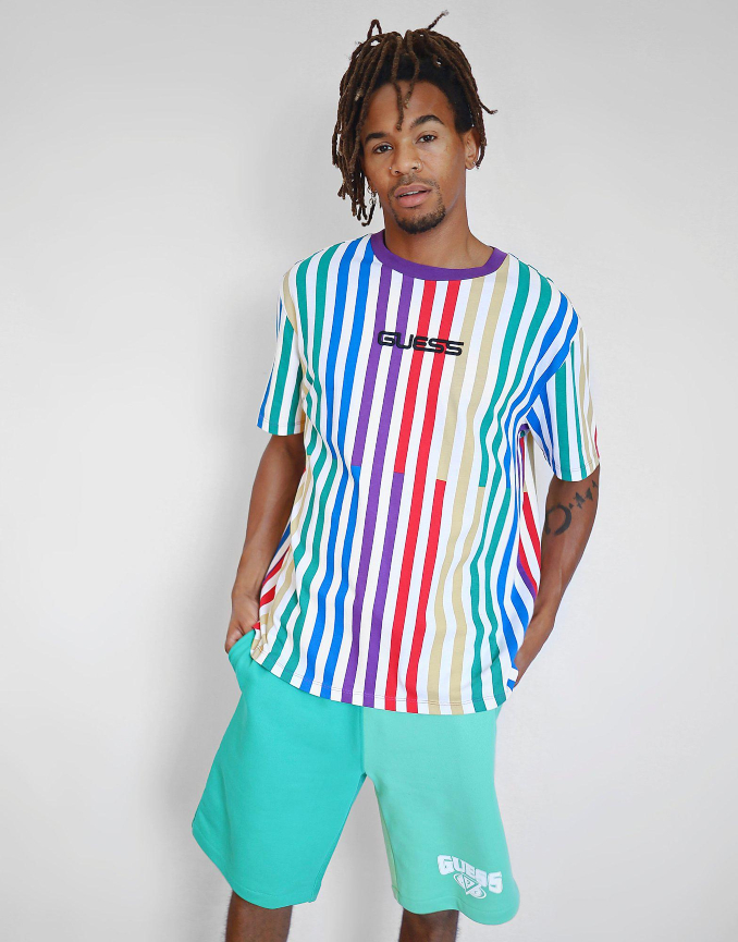 Camiseta blanca con rayas verticales de colores de Guess