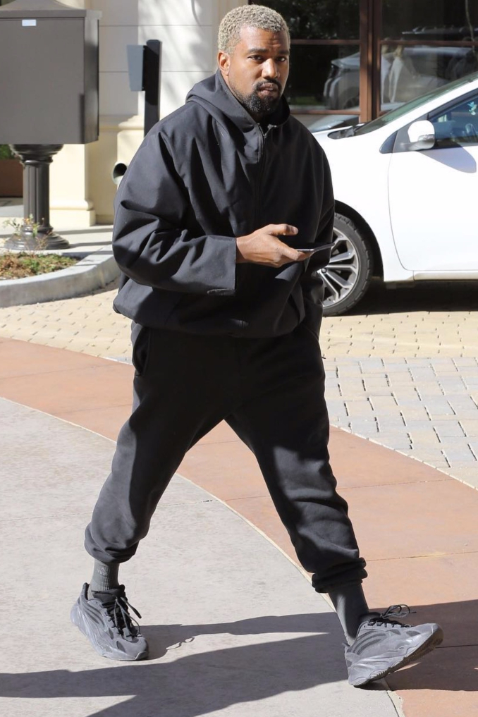 Kanye West avec les Yeezy Boost 700 V2 en gris foncé