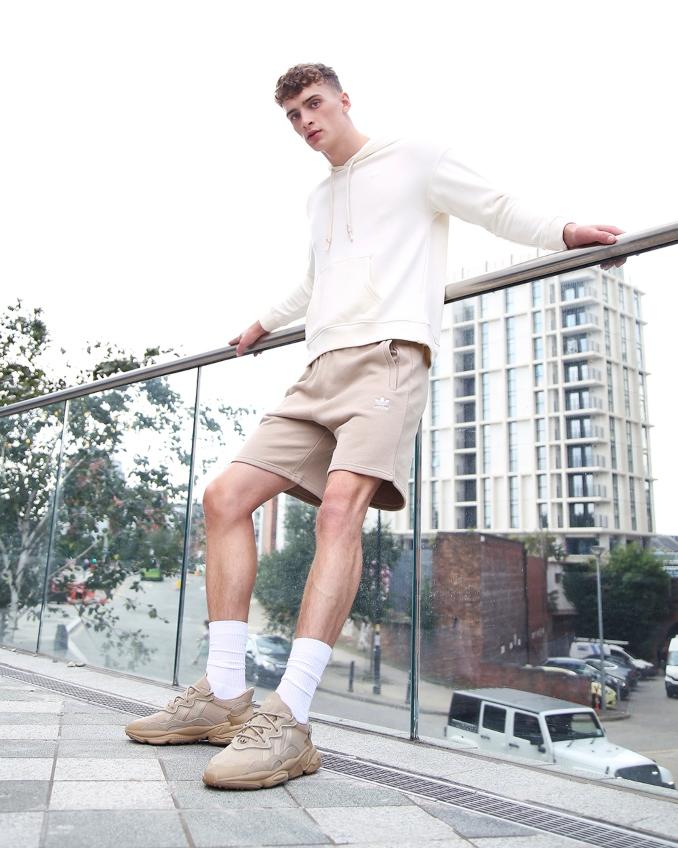 Hombre con ropa de adidas Originals para primavera