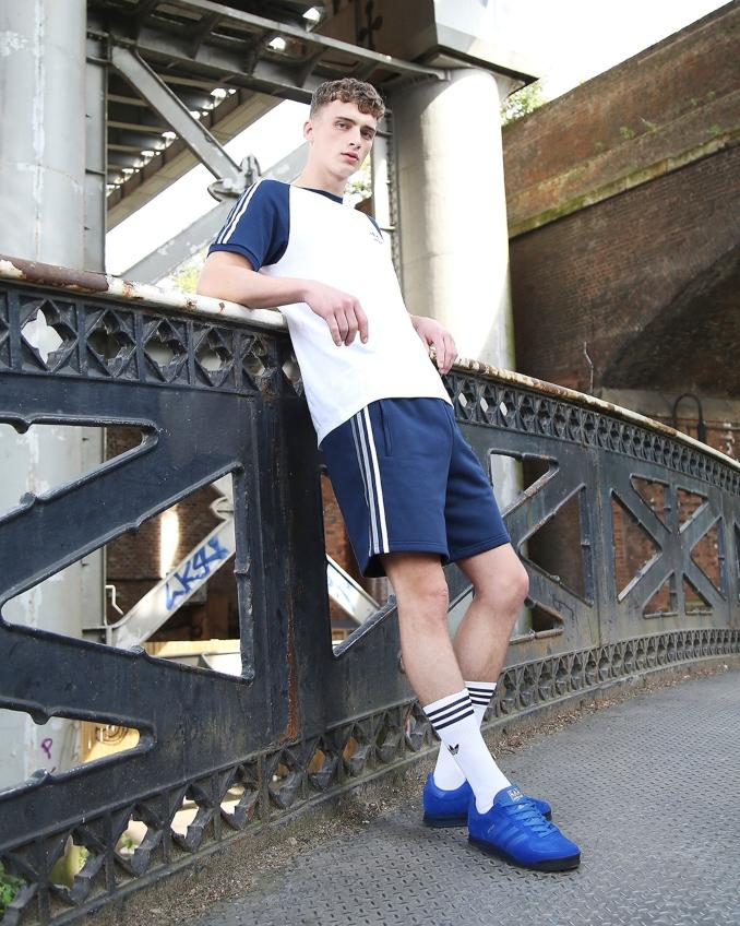 Hombre con ropa de adidas Originals para verano