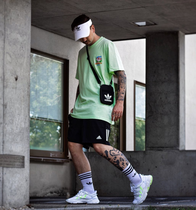 Outfit streetwear de hombre con detalles neón