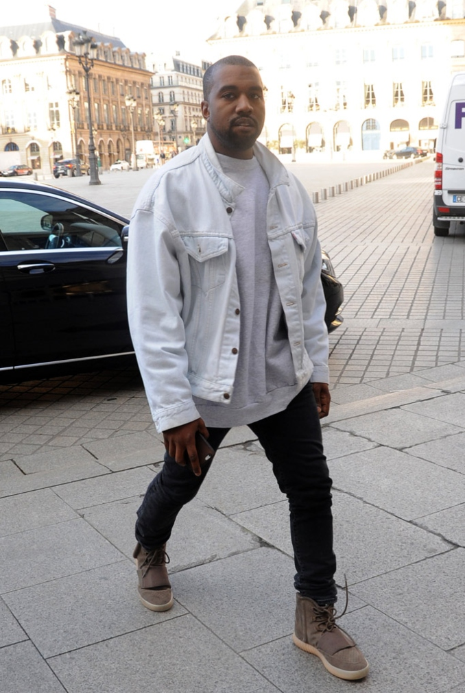 Kanye West con las Yeezy 750 en color marrón