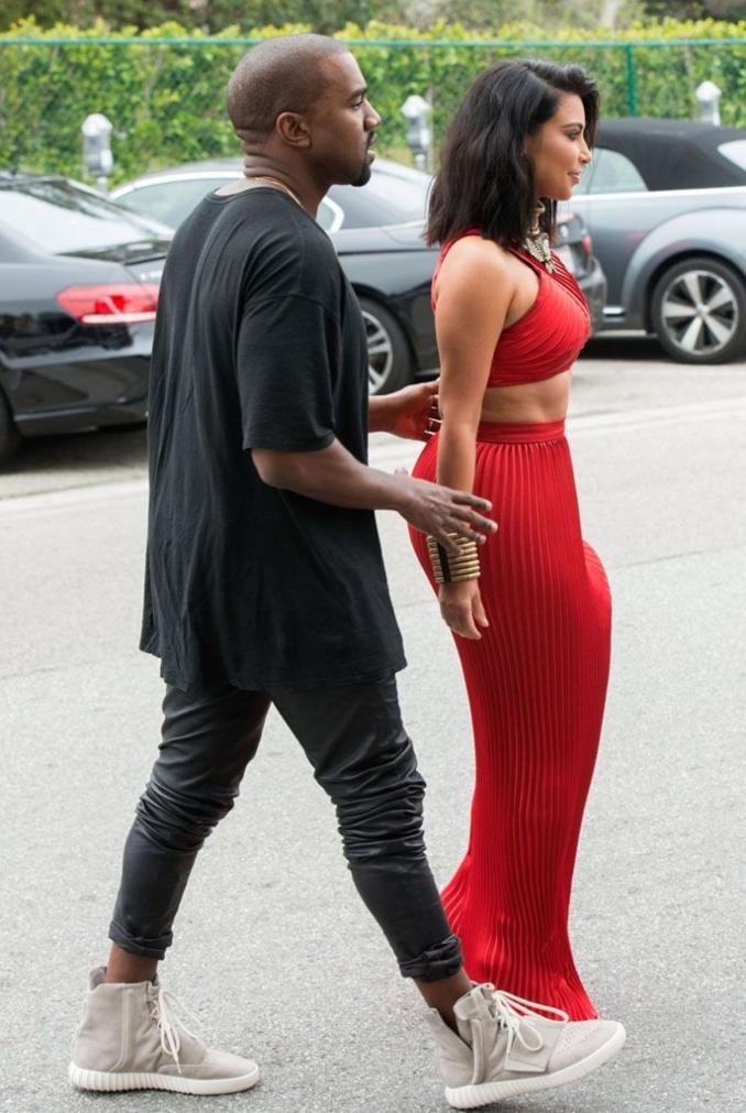 Kanye West con las Yeezy 750 grises junto a Kim Kardashian